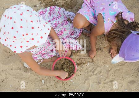 Les filles jouant avec de la terre. Banque D'Images