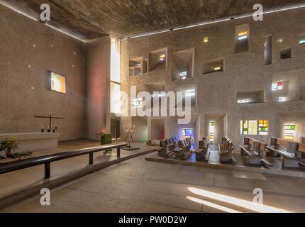 Vue de l'intérieur de la chapelle Notre-Dame du haut, à Ronchamp, France, par l'architecte Le Corbusier, terminé en 1955.