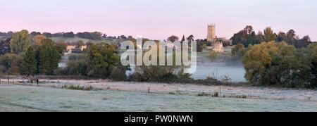 Vue sur Ville de Cotswold de Chipping Campden avec St James' Church et Dover's Hill sur frosty matin d'automne