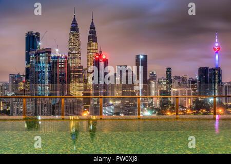 Sur les toits de la ville avec piscine à débordement, Kuala Lumpur, Malaisie Banque D'Images