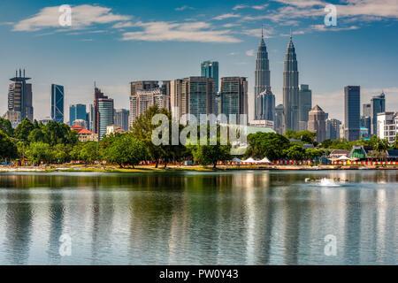 Titiwangsa Lake et la ville avec Petronas Towers, Kuala Lumpur, Malaisie Banque D'Images