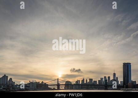 10-2018 Manhattan, New York. Coucher de soleil sur Manhattan et les ponts de Brooklyn et Manhattan, photographié à partir de la rivière East Ferry. Photo: © Simon Gros