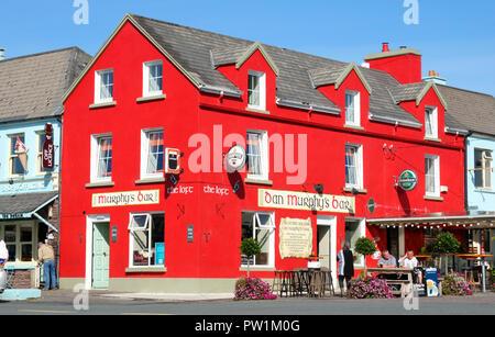 Les touristes de prendre un verre à l'extérieur d'un bar irlandais traditionnel, Sneem, comté de Kerry - John Gollop Banque D'Images