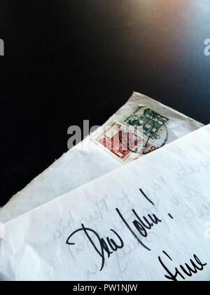 Part écrit des lettres de l'étranger en commençant par Dear John
