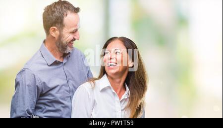 L'âge moyen hispanic business couple fond isolé avec un sourire heureux et cool sur le visage. Chanceux. Banque D'Images