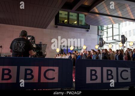 Un caméraman de la BBC exploite son matériel lors d'une répétition pour une diffusion à l'extérieur pour le One Show à Broadcasting House, le 4 octobre 2018, à Londres, en Angleterre. Banque D'Images