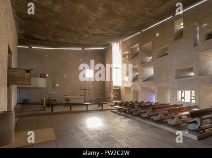 Vue de l'intérieur de la chapelle Notre-Dame du haut, à Ronchamp, France, par l'architecte Le Corbusier, terminé en 1955. Banque D'Images