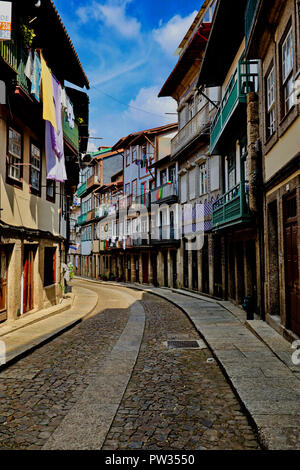 Une scène de rue l'après-midi dans la belle ville médiévale de Guimaraes, dans le Nord du Portugal. Banque D'Images