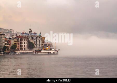 Turkey-June,istanbul 13,2013. Les lignes de ferries de la ville au quai sous un filet. Banque D'Images