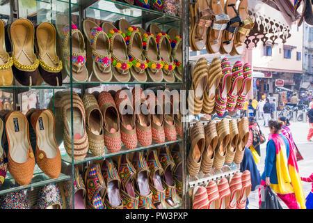 L'Inde, Punjab, Amritsar, chaussons indiens traditionnels à vendre Banque D'Images