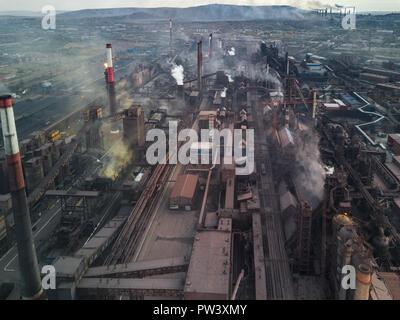 Vue panoramique de l'industrie lourde avec des répercussions néfastes pour la nature; les émissions de CO2, de gaz toxiques toxiques chi mneys; pipelines rouillés et sales clo