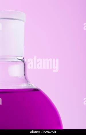 Close up d'erlenmeyer sur fond rose Banque D'Images