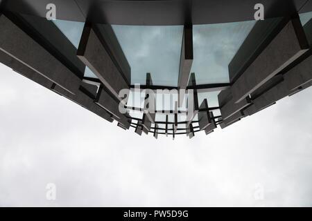 Résumé fond grand angle de vue bleu clair acier des tours d'immeuble commercial gratte-ciel en verre extérieur. concept de l'architecture industrielle moderne et office center building Banque D'Images