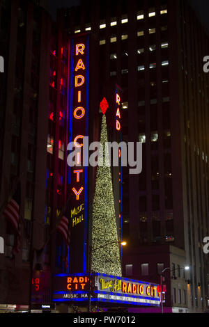 Arbre de Noël au Radio City Music Hall, New York, USA Banque D'Images