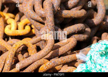 Un tas de rouille, chaînes utilisées pour peser les filets de pêche sur le quai au port de Newquay, Cornwall, UK Banque D'Images