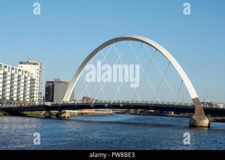 Le Clyde Arc (connu localement sous le pont aux), est un pont routier enjambant la rivière Clyde à Glasgow, Ecosse