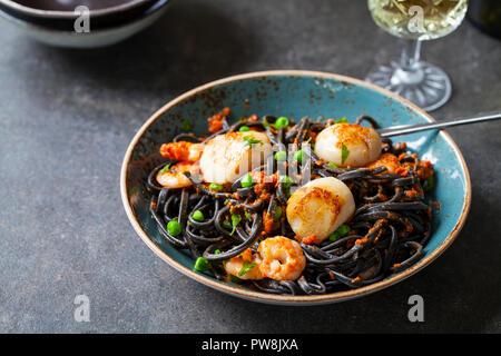 L'encre de seiche pâtes aux crevettes et pétoncles Banque D'Images