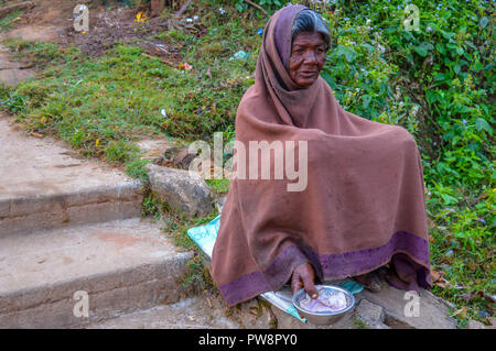 PARASHNATH, Jharkhand, INDIA- 25 JANVIER 2017: Street portrait de femme mendiant indien qui est assis sur le côté de la rue et à demander de l'argent sur
