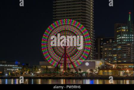 Vue de nuit sur la grande roue à Kobe Harborland, un centre commercial et d'animation au Port de Kobe, au Japon. Banque D'Images
