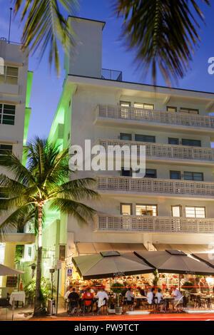 Floride FL South Miami Beach SoBe Art Deco District 'Ocean Drive' bâtiment palmiers rue trottoir café restaurant restaurants repas