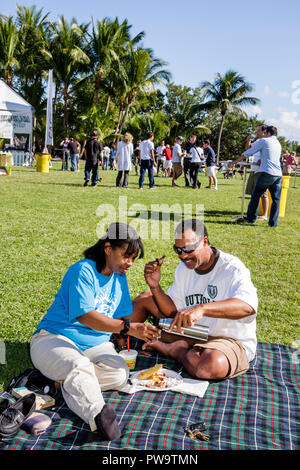 Coconut Grove Miami Florida Peacock Park grand goût du Grove community event food festival dégustation goût Black homme femme co Banque D'Images