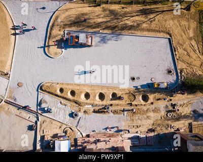Vue aérienne:site de construction en pavé d'asphalte. Parking gratuit d'une maison d'habitation avec des machines de construction Banque D'Images