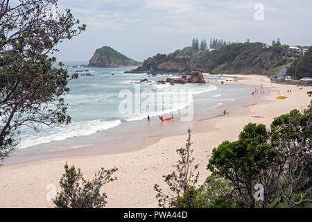 Image des personnes bénéficiant d'un jour lumineux sur une plage de sable idyllique