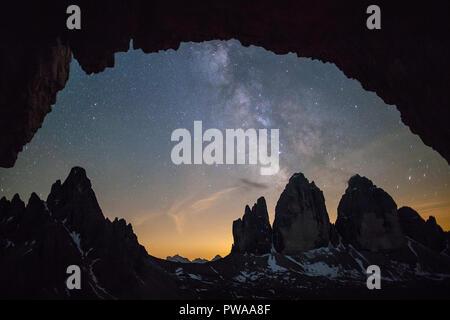 Ciel étoilé et Milky Way sur les majestueux sommets des Tre Cime di Lavaredo, Tyrol du Sud, Italie Banque D'Images