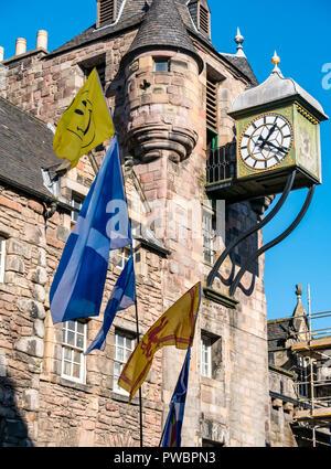 Tolbooth réveil avec St Andrew's Cross sautoir Scottish drapeaux nationaux à tous sous une même bannière marche de l'indépendance, Royal Mile, Édimbourg, Écosse, Royaume-Uni Banque D'Images