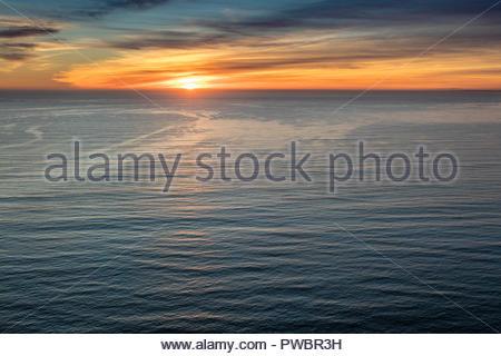 Soleil sur l'océan Pacifique au large de la côte de Californie à Santa Monica. Banque D'Images