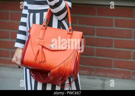 MILAN, ITALIE - 20 septembre 2018   Femme avec sac en cuir orange et noir 68921d8c0d2