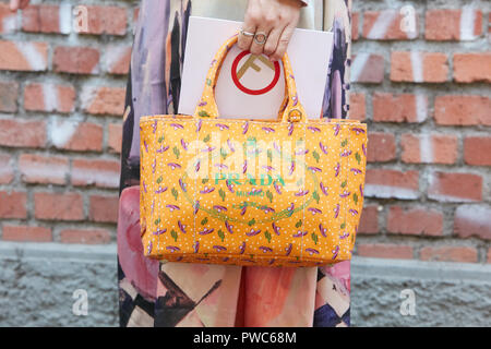 ... MILAN, ITALIE - 20 septembre 2018   sac Prada et robe colorée avant  Fendi fashion 50119ed95cf