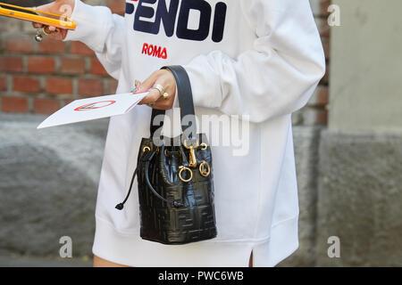 ... Milan Fashion week street style le 21 septembre 20  MILAN, ITALIE - 20  septembre 2018   Woman with white Robe Fendi Sac en cuir 26d94b22f8f