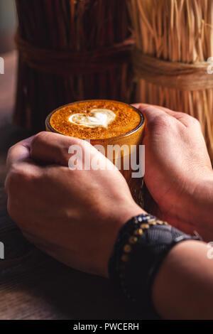 Le café latte art avec forme de coeur in coffee shop Banque D'Images