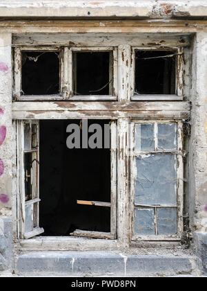 Vieux bois des fenêtres avec du verre brisé. Pelés à l'écart de la peinture. Partie de l'image est cassée. Banque D'Images
