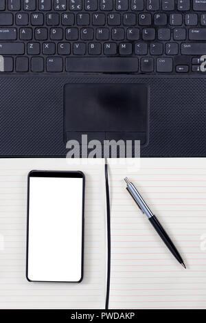 Le bloc-notes avec stylo élégant ordinateur portable, et le cadre moins  Smartphone avec 269b614f26bf