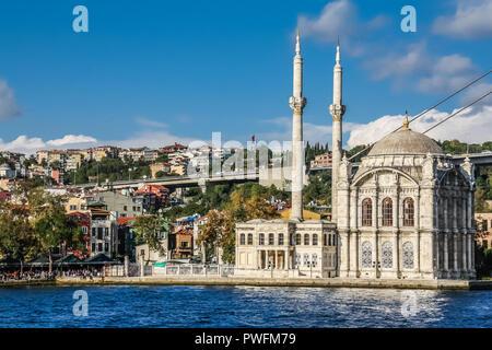 Mosquée Ortakôy sur les rives du Bosphore, avec reflets dans l'eau. Banque D'Images