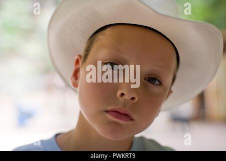 Portrait of boy wearing cowboy hat Banque D'Images