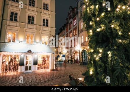 L'ensemble des personnes déplacées trouble rue illuminée sur Platzl square at night with Christmas Tree à Munich, Bavière, Allemagne Banque D'Images