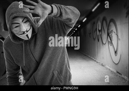 Un homme portant un masque de Guy Fawkes à l'entrée de la Tummel, anonyme.