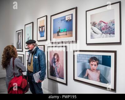 Londres, Royaume-Uni. 17 Oct, 2018. Portraits sélectionnés sur l'affichage à la National Portrait Gallery, Londres, dans le cadre de la Taylor Wessing Photographic Portrait Prize 2018 Exposition du 18 octobre 2018 au 27 janvier 2019. Crédit: Guy Bell/Alamy Live News Banque D'Images