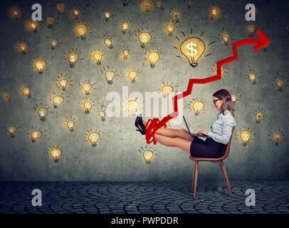 Les jeunes d'affaires accompli woman working on laptop assis dans l'office en vertu de l'idée de pluie d'argent Banque D'Images