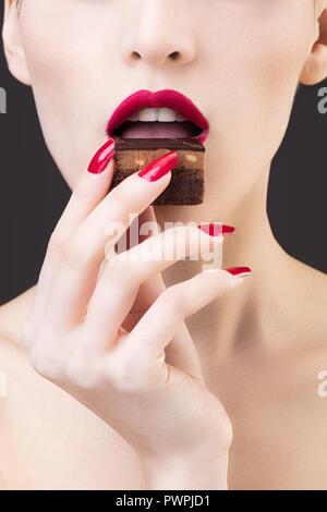 Gros plan de fille gâteau au chocolat dégustation Banque D'Images
