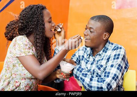 Ces jeunes montrent leur amour par mettre la nourriture dans la bouche chaque l'un à l'autre. Banque D'Images