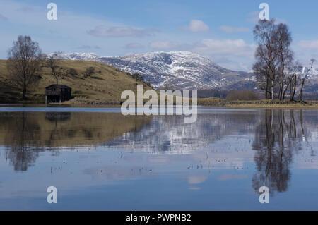 Petit lac Tarn avec vue sur Old Man Coniston en hiver, Lake District Angleterre UK Banque D'Images