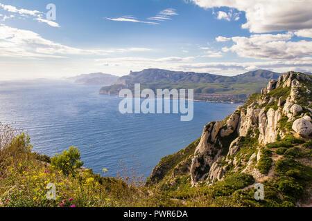 Vue imprenable sur la mer Méditerranée et de la côte d'Azur vue le long de la route des cretes Banque D'Images