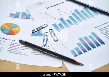 Rapport annuel statistiques factice avec rapport d'analyse graphique, réunion. Réunion d'affaires concept. Travail de bureau. Banque D'Images