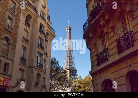 La Tour Eiffel 'La Tour Eiffel' est un pylône en treillis de fer sur le Champ de Mars à Paris. Construit en 1889, il est devenu une icône mondiale de la France un