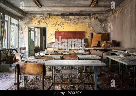 Vue intérieure d'une classe de musique dans une école abandonnée à Tchernobyl, en Ukraine. Banque D'Images