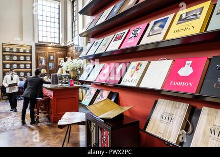 Londres Angleterre Royaume-Uni Grande-bretagne West End St James's Piccadilly Maison Assouline livre luxe editeur librairie soutien-gorge style Banque D'Images